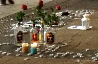 Station Hollands Spoor: bloemen en waxinelichtjes ter nagedachtenis aan de door de politie vermoorde Rishi Chandrikasing. (Foto: Gregor Eglitz)