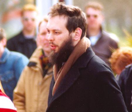 Robin Winkel (toen nog met baard) loopt in april 2003 mee in een demonstratie tegen terrorisme, georganiseerd door de Jonge Fortuynisten en Nieuw Rechts.