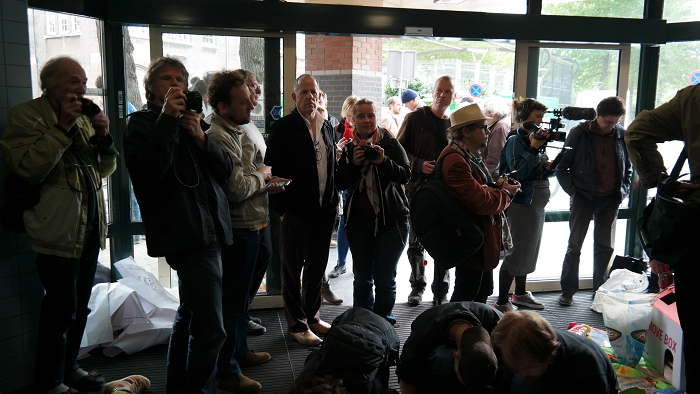 Er waren ongeveer 50 mensen aanwezig, waaronder een aantal journalisten.