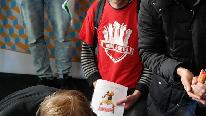 Vaksbondman van Young & United kleurde mee met de kids.
