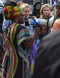 Bij het protest buiten (foto: Safari Hamid)