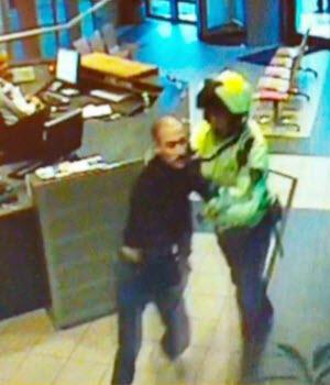 Moes Sealiti en de agressieve agent op het politiebureau. (Beeld uit de video.)