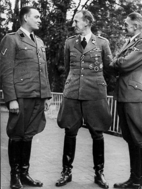 Van links naar rechts: Horst Böhme, Reinhard Heydrich en Karl Hermann.