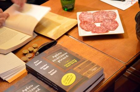 Bloc Identitaire-voorzitter Fabrice Robert signeert zijn boek. Let op het uitgestalde varkensvlees.