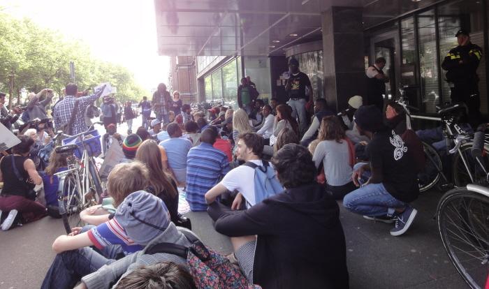 Een sit-in en een minuut stilte bij het IND-kantoor.