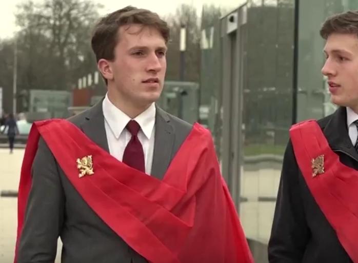 Een tweetal van het handjevol katholieke fundamentalisten op het Nijmeegse protest, met hun typerende rode sjerpen.