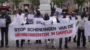 """Op het Plein in Den Haag: """"Stop schendingen van de mensenrechten in Darfur""""."""