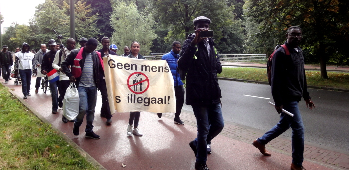 """Geen mens is illegaal""-spandoek in de demonstratie."