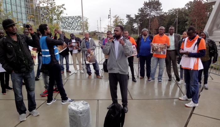 Spreker van de vluchtelingenorganisatie Wij Zijn Hier bij het ICC.