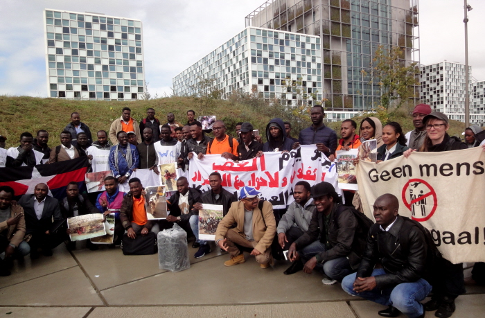 Groepsfoto voor de gebouwen van het ICC.