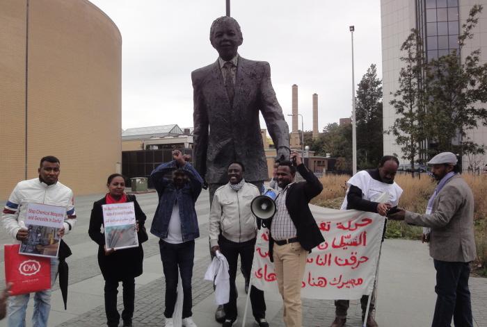 Bij het standbeeld van Nelson Mandela.