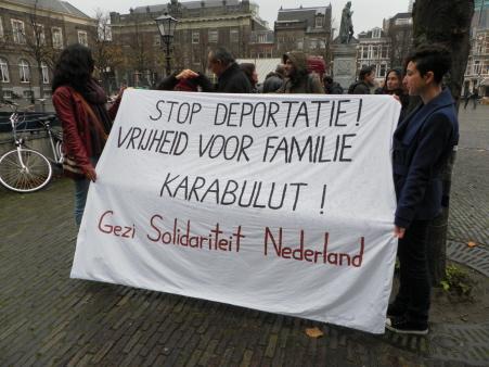 Het spandoek van Gezi Solidariteit Nederland bij het protest van 14 november bij de Tweede Kamer.