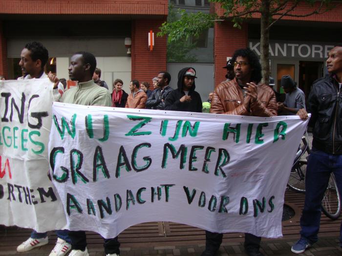 Spandoek bij de demonstratie tegen deportatie van Soedanese vluchteling.