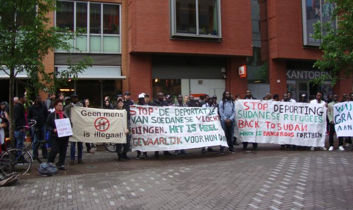 Spandoeken bij de demonstratie tegen deportatie van Soedanese vluchteling.