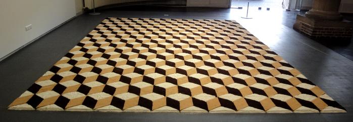 Deze indrukwekkende Spaanse tegelvloer gemaakt van koffie, suiker en poedermelk van Filipe Arturo brengt de Spaanse overheersing in Zuid-Amerika in herinnering.