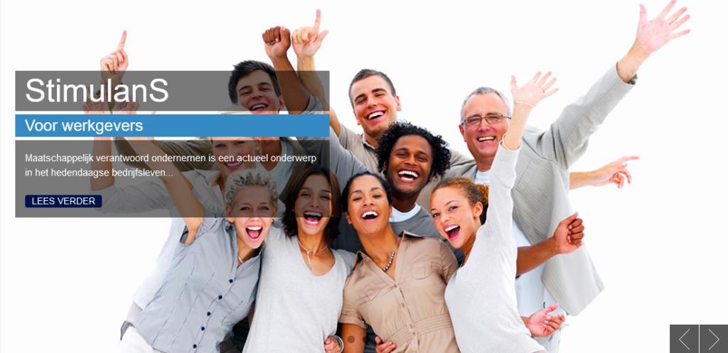 Screenshot van de landing page van de website van StimulanS, met een foto van een groep lachende mensen met hun handen in de lucht, het lijkt alsof ze juichen.