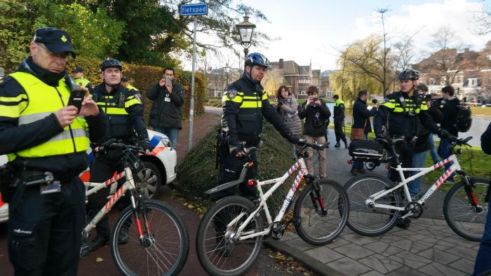 Op weg naar de manifestatieplek: een korte blokkade van de politie die twee neo-nazi's met een spandoek van onze route verwijderde.