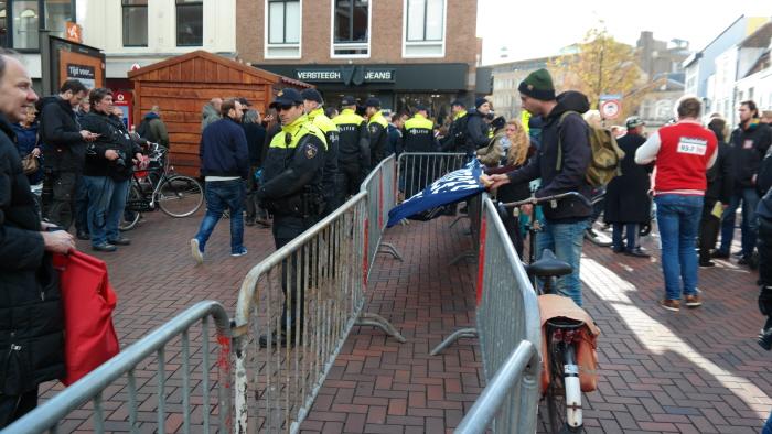 De politie had toegezegd dat er geen hek om ons heen geplaatst zou worden, in plaats daarvan kregen we een dubbele linie. Het afspraak is afspraak geldt kennelijk alleen als wij hem dreigen te overtreden.