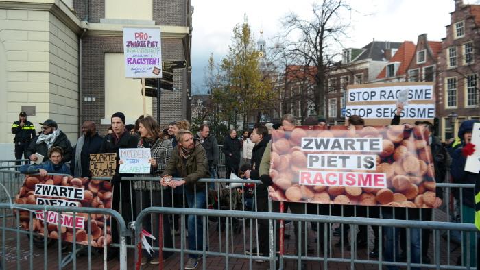 Anti-racisten achter twee rijen dranghekken.