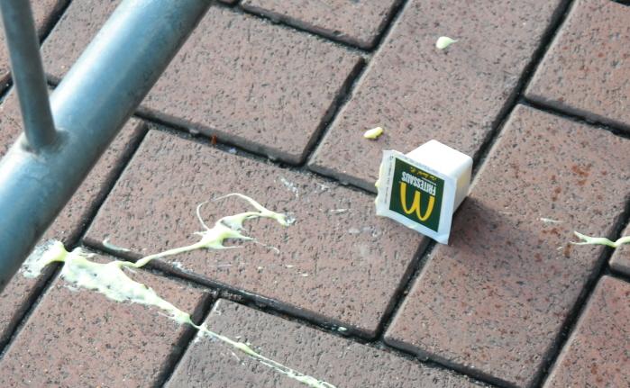 Sommige Zwarte Pieten smeten met opzet keihard pepernoten onze kant op. Neo-nazi's wierpen onder andere McDonald's mayonaise.