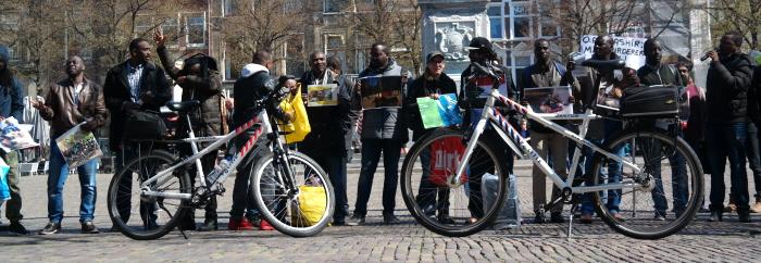 De politie achtte het nodig om pontificaal fietsen voor de demonstranten op het Plein te zetten.