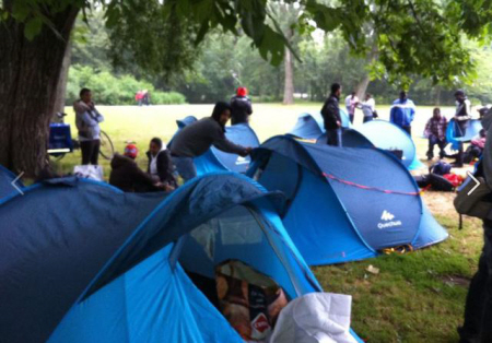 Tenten opgezet in het park.