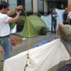 Het opzetten van de tenten bij de eerdere actie in Den Bosch.