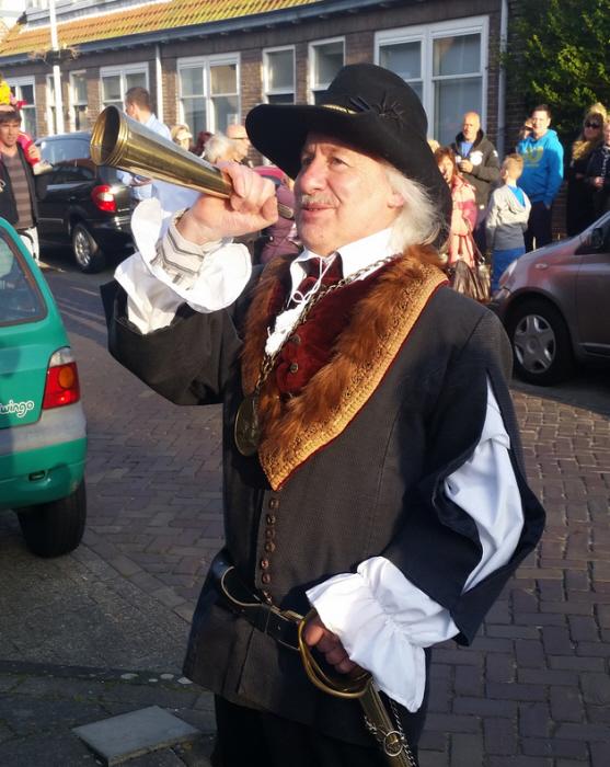 Voorzitter Pieter Dool van de bewonerscommissie De Zeehelden in Tromp-outfit.