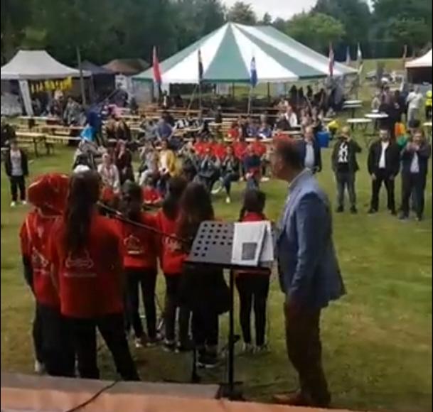 Tijdens het festival mocht Tugruls klasje dit keer niet sieg-heilen, maar wel ultra-nationalistische teksten en liedjes voordragen.