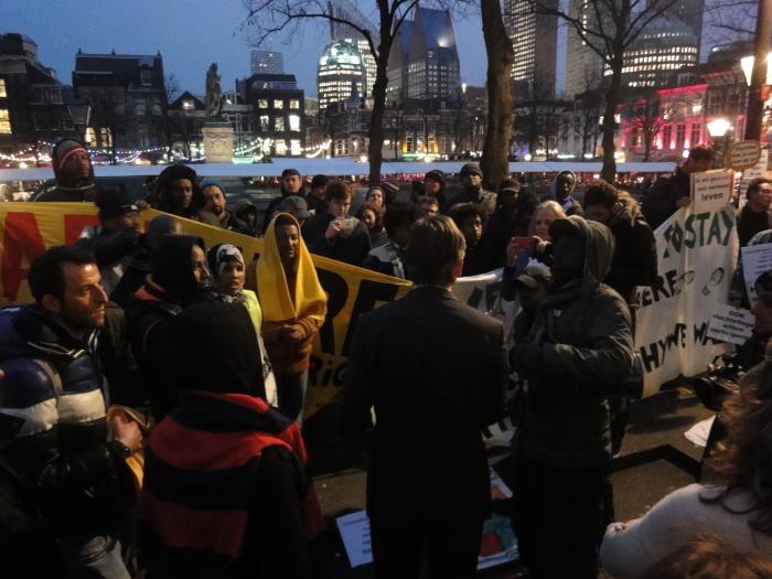 CU-Kamerlid Joël Voordewind kwam gisteren na het debat buiten met de vluchtelingen praten.