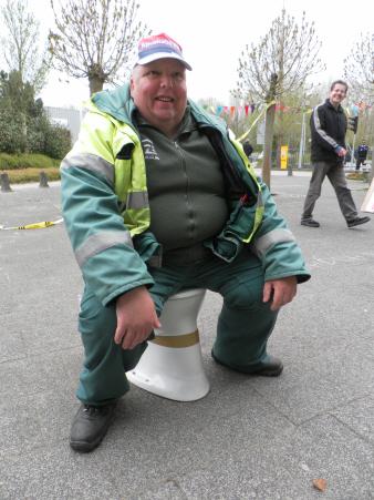 Een van de regulier betaalde werknemers van de DZB kon het niet laten. Aangemoedigd door lachende collega's nam hij plaats op de actie-pleepot.