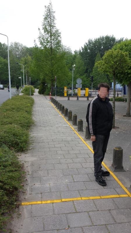 De burgemeester heeft vandaag ook een gele lijn op straat laten aanbrengen, die de grenzen aangeeft van het vakje van anderhalve bij vijftien meter waarin onze protesten voortaan moeten plaatsvinden. Daarbuiten flyeren is verboden.