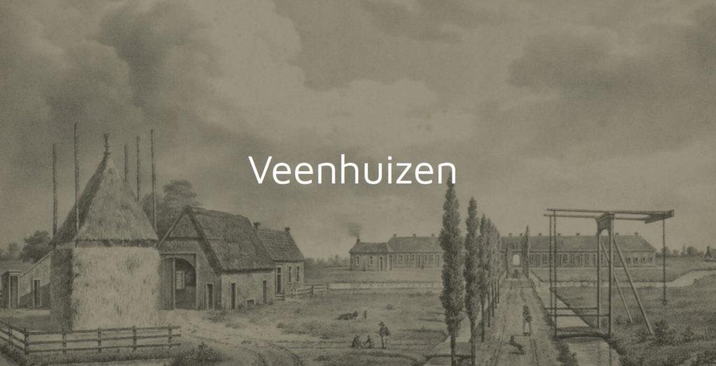 Een oude tekening van Veenhuizen. Een sloot geflankeerd door een weggetje met lange, slanke bomen, een hefbruggetje, een hooibaal en enkele huisjes. Meerdere menselijke figuren zijn zichtbaar op het weggetje en op het veld bij de huisjes.