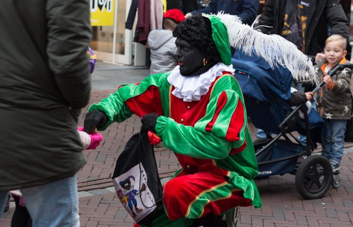 """Nazipiet met """"Zwarte Pieten actiegroep""""-tas (foto: Karla Isidorou)"""