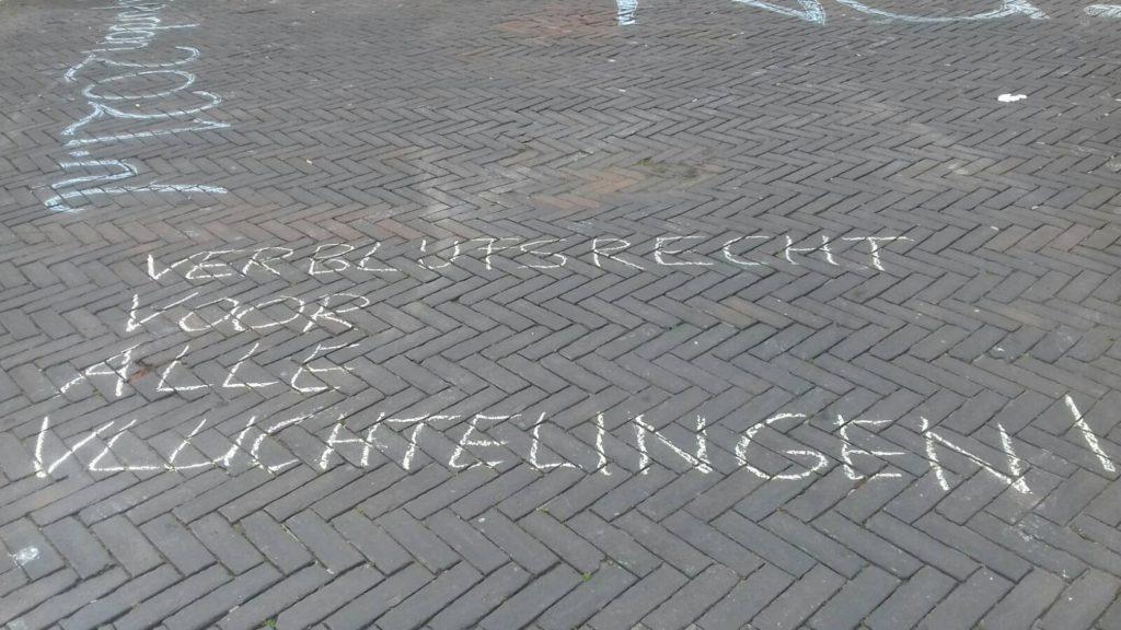 """Leus op de grond """"Verblijfsrecht voor alle vluchtelingen""""."""