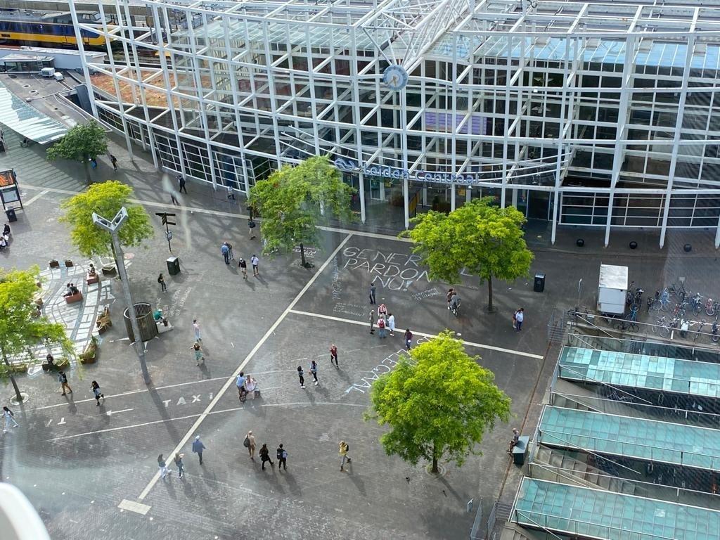 Het plein voor Leiden Centraal gezien vanuit de hoogte. Alle teksten zijn goed zichtbaar.