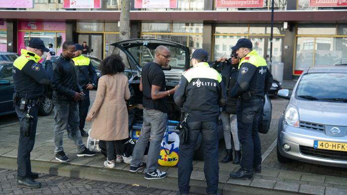 Activisten uit Amsterdam meteen aangesproken bij aankomst bij het Zuidplein.