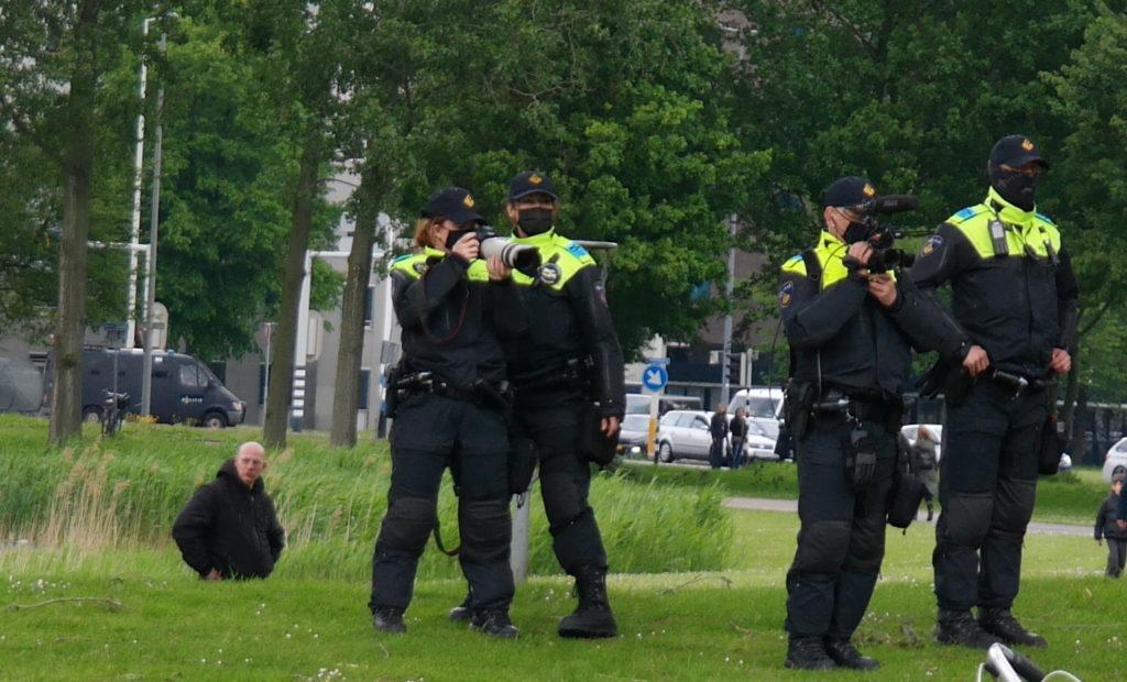 Politie staat te filmen bij anti fascistische demo