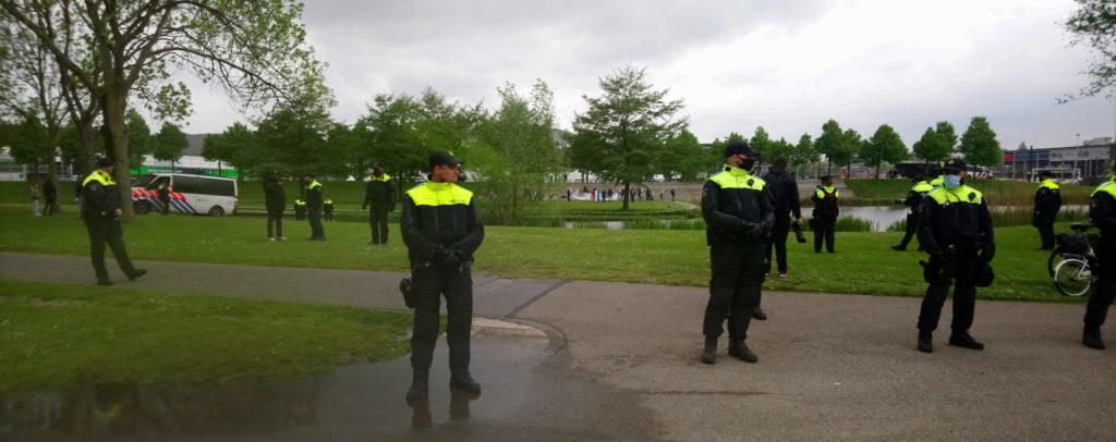 De politie die prominent stond opgesteld tussen de demo en de nazi's.