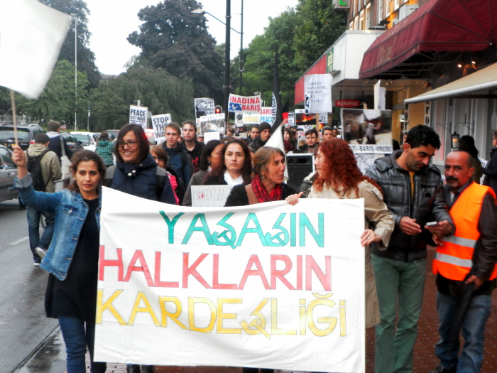 Spandoek: Leve de solidariteit tussen de bevolkingsgroepen.