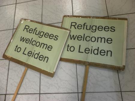 Actieborden om de vluchtelingen welkom te heten.