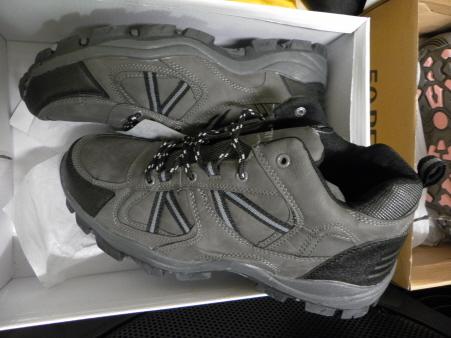 Niuewe schoenen voor de twee vluchtelingen die hun schoeisel kapot hadden gelopen.