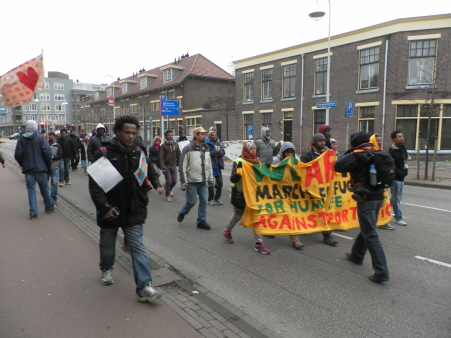 De mars gaat verder. Geregracht, Leiden.