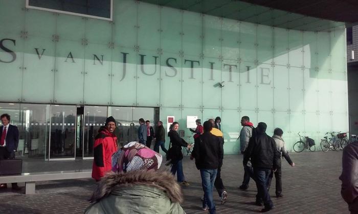 Aankomst bij de rechtszaal (foto: Wij Zijn Hier)