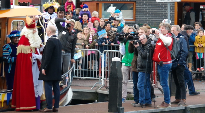 De wethouder onthaalt Sinterklaas.