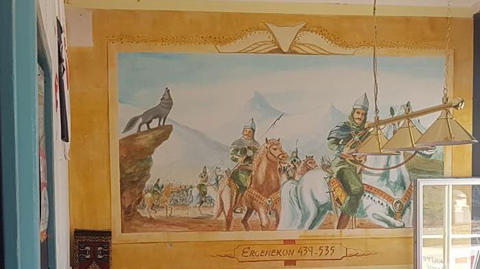 Muurschildering in de ontmoetingsruimte van Hoca Ahmed Yesevi. Te zien is de Grijze Wolf Asena die volgens de nationalistische mythologie de Turken hielp te vluchten uit de Ergenekon Vallei.