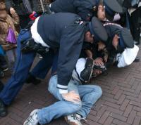 """Quinsy Gario werd met veel geweld gearresteerd omdat hij een shirt droeg met daarop """"Zwarte Piet is racisme""""."""