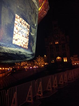 Op vrijdagavond voor de intocht werden in Gouda honderden stickers geplakt.