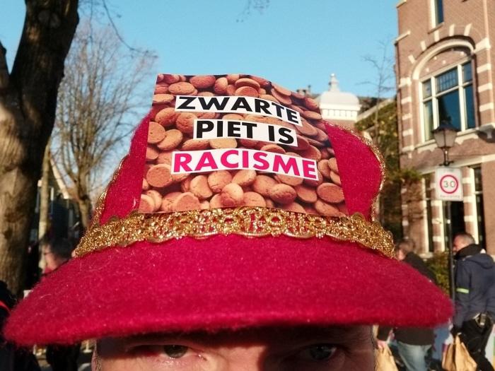Activist met een hoedje met de bekende sticker.
