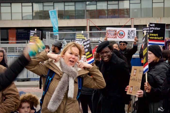 Veel witten houden zich nog met opzet doof voor kritiek, zo ook in Utrecht gisteren. (foto: Jaye Brunsveld)